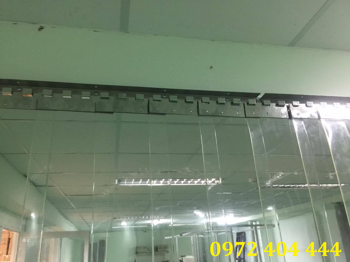 Màn nhựa PVC khi gắn vào khung