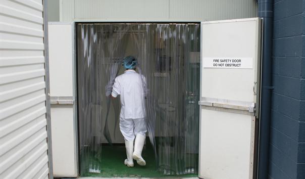 Dùng ngăn lạnh cho cửa ra vào các khu chứa thuốc